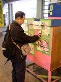 紅一点の予想屋さんに貼ってある「がんばれ!!千尋」の赤見千尋JKの写真を剥ぎ取っている推定年齢35~45歳のオッサン