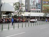 山形屋前。沿道に多くの人が集まっていた