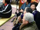 せり唄を歌うおばあさん。椎葉村のおばちゃんたちが、たまたま泊まっていた